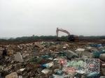 南昌一闲置地成垃圾场 挖掘机就地掩埋垃圾遭质疑 - 中国江西网