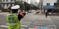 过马路玩手机被撞曝安全隐患(图) - 中国江西网